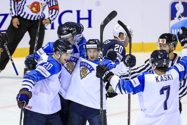 Sakari Manninen (keskellä) juhlii Niko Ojamäen (20) tekemää 2–2-tasoitusmaalia.