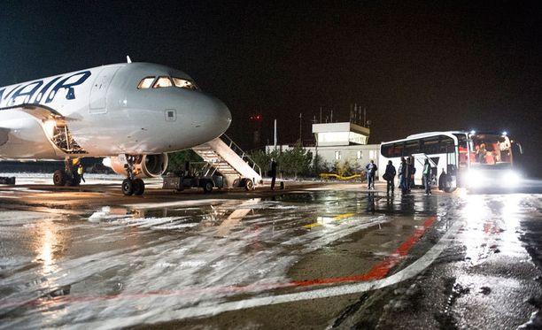 Jokerit saapui viime yönä lumiseen Jaroslavliin. Pienellä kentällä kyyti hotellille sai odottaa Finnairin vieressä.