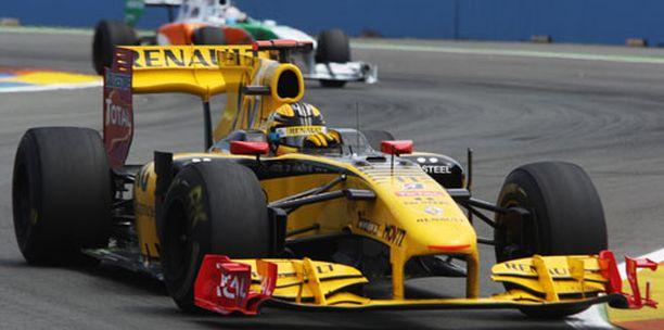 Robert Kubica kurvailee Renaultilla myös ensi kaudella.