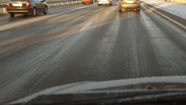Mustaa jäätä tien päällä. Silloin auton turvateknologia toimii usein kuljettajan tietämättäkin.