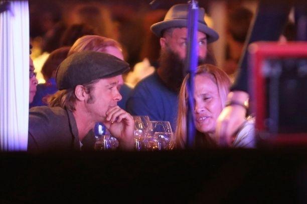 Brad Pitt oli valinnut gaalaseuralaiseksi naisen, joka muistuttaa kasvonpiirteiltään häntä itseään.