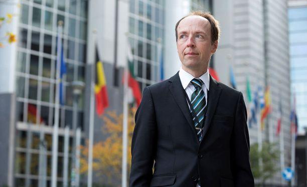 Jussi Halla-aho on luvannut ilmoittaa maanantaina, aikooko hän asettua ehdolle perussuomalaisten puheenjohtajaksi.