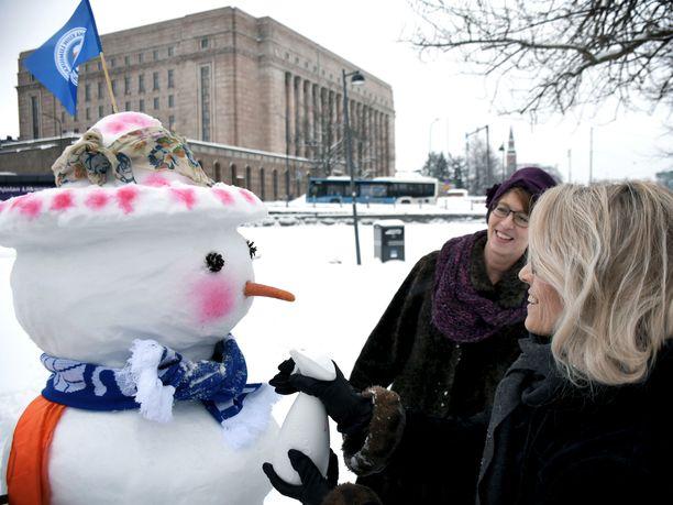 Kristillisdemokraattien Sari Essayah ja Päivi Räsänen lisäsivät rintavalle kukkahattutädilleen poskipunaa elintarvikevärillä.