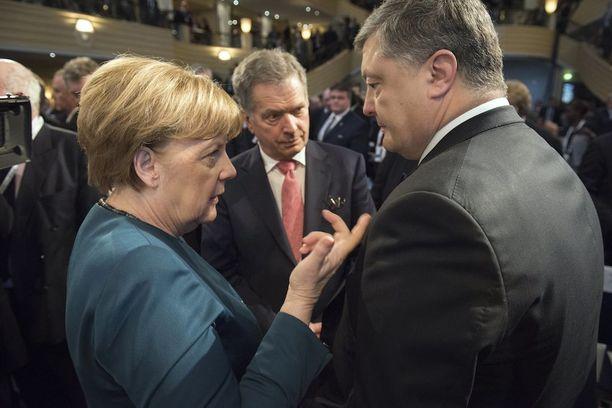 Niinistö osallistui Merkelin ja Ukrainan presidentin Petro Poroshenkon keskusteluun perjantaina.