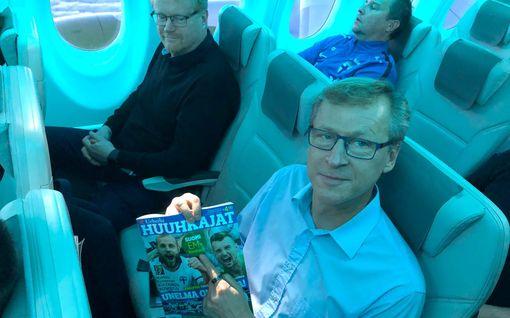 Tältä näytti Suomen lennolla Ateenaan – juhlayön väsyttämät huuhkajapelaajat kuittasivat univelkojaan