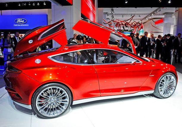 Evos-konseptiautossa on samaa henkeä kuin Ford Capri taannoin tähän aikaan päivitettynä. Evos on pistokehybridi. Näitä muotoja nähdään lähitulevaisuuden uusissa Ford-malleissa - ilman siipiä tosin.