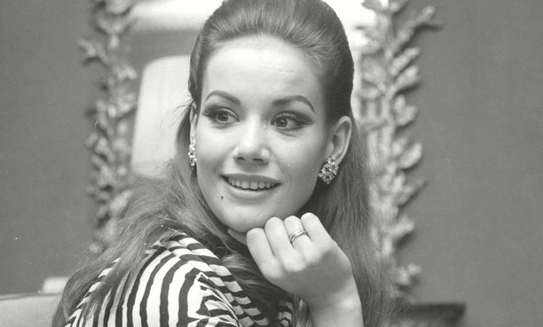 Claudine Auger on menehtynyt.