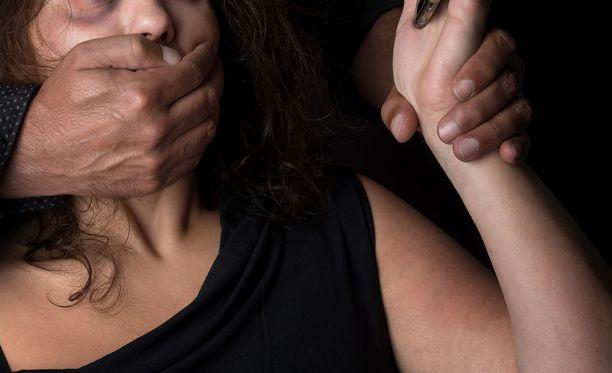 Viisikymppiselle naiselle yösijaa tarjonnut nuori mies kävi väkivalloin käsiksi uhriinsa heti saatuaan tämän sisään asuntoon. Kuvituskuva.