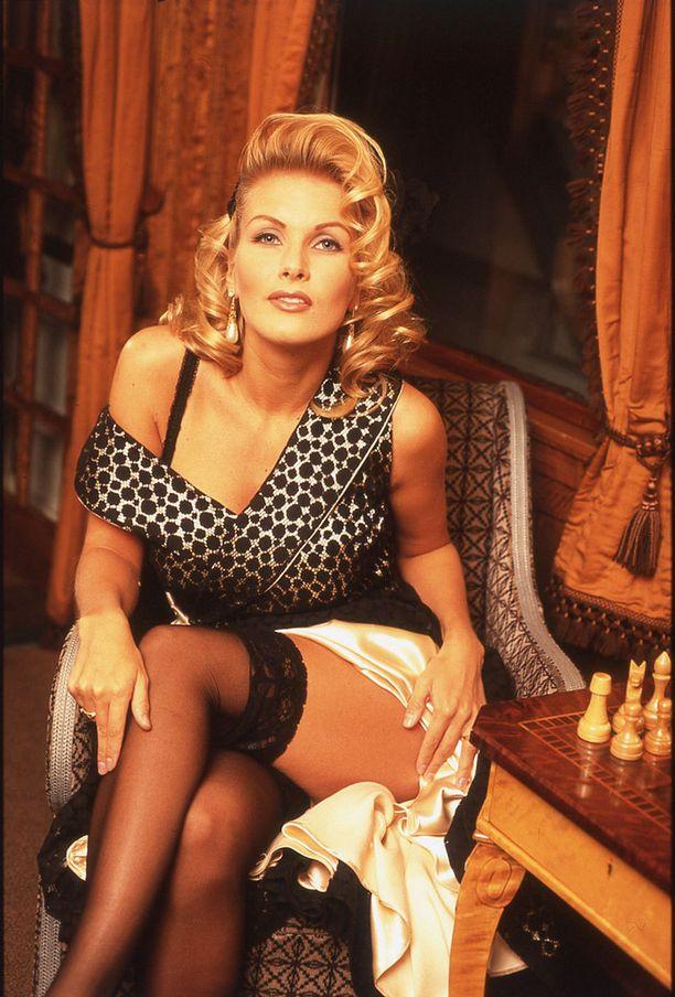 Tanja Karpela vuonna 1997. Tyttönimeltään Vienosena tunnettu Karpela kruunattiin Miss Suomeksi vuonna 1991.