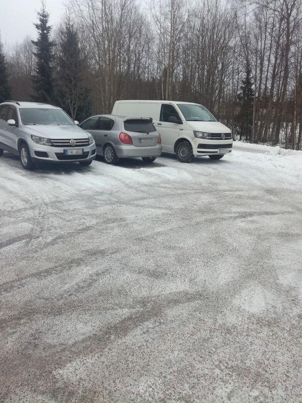 Niki oli parkkeerannut auton omalle tolppapaikalleen.