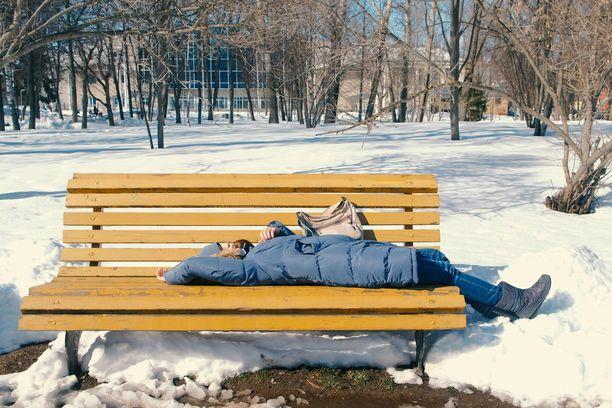 Kevät voi joskus uuvuttaa. Jos väsymys vie toimintakyvyn, kyse voi olla masennuksesta.