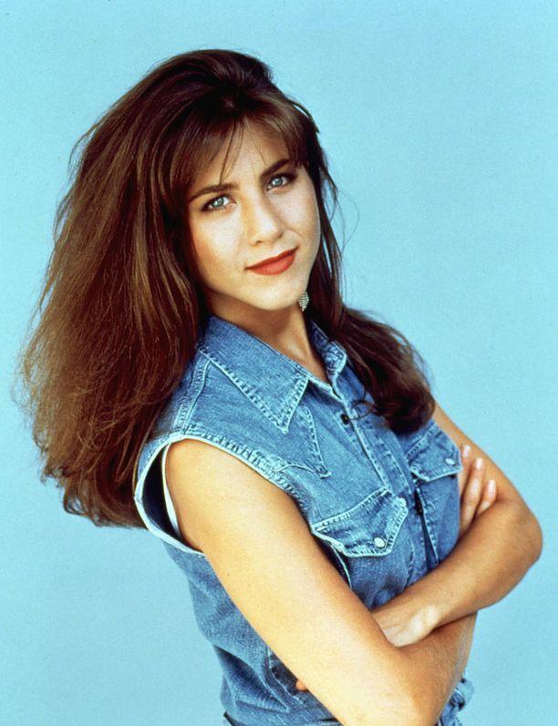 Luonnostaan Jenniferin tukka näyttää olevan tumma ja kihara.