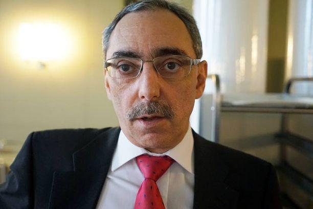 Ben Zyskowicz ehdotti 2,6 miljardin leikkauksia, kun perusporvarihallitus päätyi 4-5 miljardin euron leikkauksiin. Zyskowicz selittää eroa sillä, että valtiovarainministeriö ei ollut julkaissut vielä arviotaan kuuden miljardin sopeutustoimista, kun hän julkaisi oman listansa.
