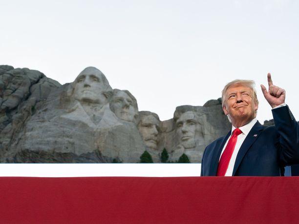 Donald Trump osallistui Yhdysvaltain itsenäisyyden juhlintaan Mount Rushmoren juurella 3. heinäkuuta. Varsinainen itsenäisyyspäivä on 4. heinäkuuta.