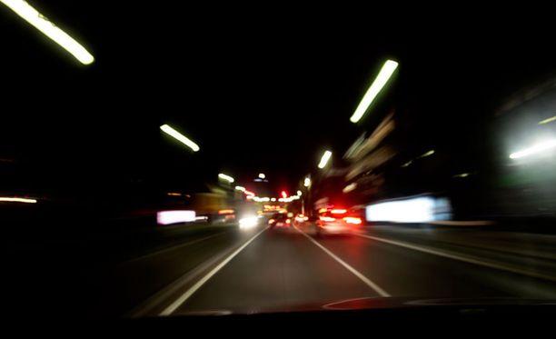 Koska muualla Euroopassa ei ole kaamosta ja päivän erottaa yöstä, eivät säännökset edellytä takavalojen yhtäaikaista palamista päiväajovalojen kanssa, poliisi perustelee huoltaan.