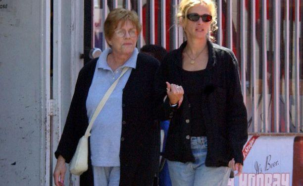Julia äitinsä Betty Loun kanssa vuonna 2003.