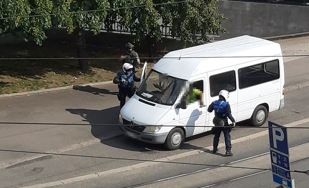 Silminnäkijä kuvasi poliisin aseellisen kiinnioton, joka kohdistui valkoisen pakettiauton kuljettajaan ja matkustajaan.