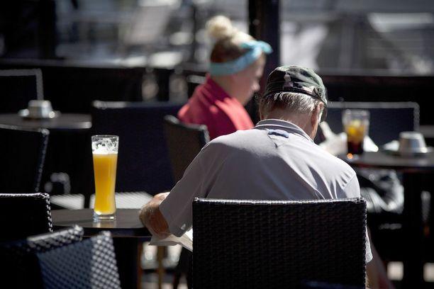 Suomessa alkoholin hälytysrajaksi on arvioitu naisilla 12-16 ja miehillä 23-24 alkoholiannosta viikossa.