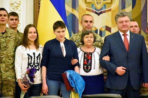 Mediatilaisuudessa olivat mukana myös Nadja Savchenkon läheiset kuten sisko ja äiti.