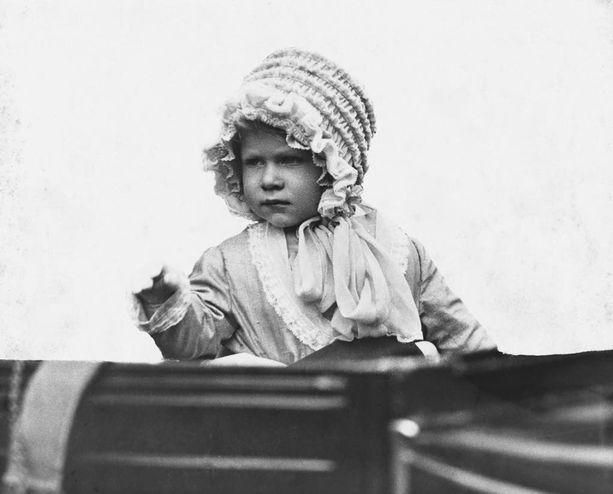 Elisabet kasvatettiin kuningattaren rooliin jo pienestä pitäen. Kuvassa kuningatar 2-vuotiaana.