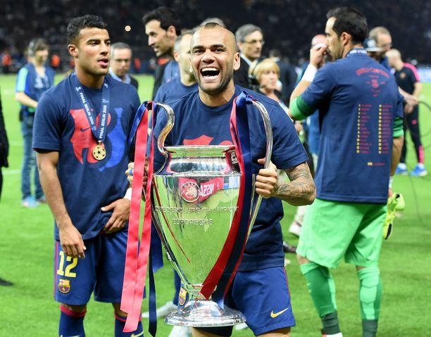 Dani Alves juhli eurokannun kanssa Barcelona-pelaajana.
