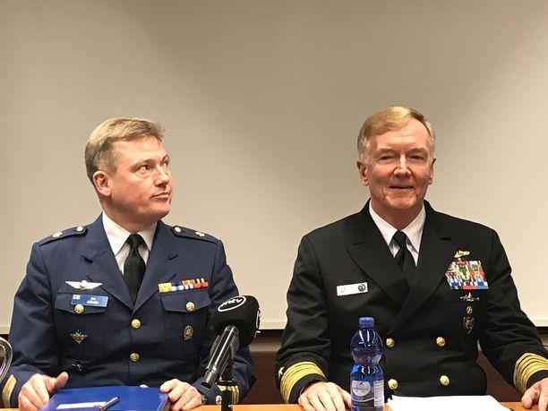 Puolustusvoimien strategiapäällikkö Kim Jäämeri ja Naton yhteisoperaatioesikunnan komentaja, amiraali James Foggo kommentoivat Naton jättiharjoitusta perjantaina Helsingissä.