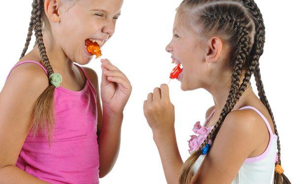 Erityisesti tikkarit ovat omiaan vahingoittamaan hampaita.