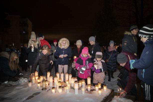 Sata ihmistä halusi osallistua Arabianrannan jouluyön henkirikoksen muistotilaisuuteen Bokvillanin mäellä.