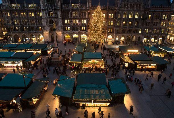 Mies aikoi iskeä kuorma-autolla joulumarkkinoille. Tässä joulumarkkinatunnelmaa Münchenissä.