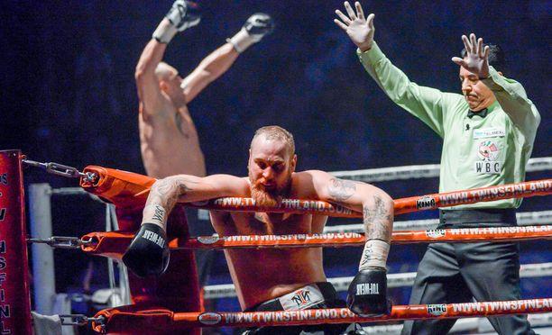 Johann Duhaupas tyrmäsi Robert Heleniuksen WBC-liiton Silver-titteliottelun kuudennessa erässä.