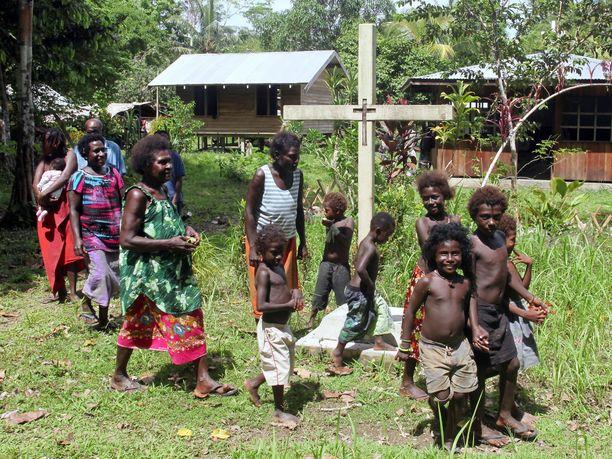 Ihmisiä kylässä Bougainvillessä.