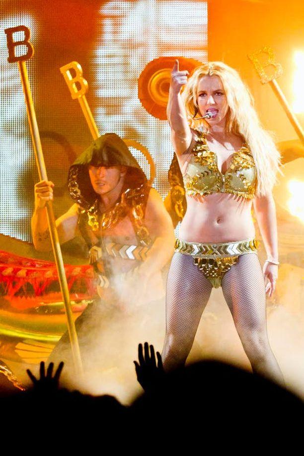 Expressen kertoi Britneyn tiistaisen konsertin olleen voimaton, vaikka show paranikin loppua kohden. Myös laulajan tanssitaidot ovat saaneet osakseen kovaa kritiikkiä.