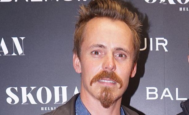 Jasper Pääkkönen on tunnettu suomalainen näyttelijä. Hänet on nähty esimerkiksi elokuvissa Pahat pojat, Matti ja Rööperi.