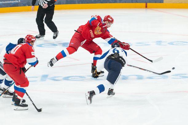 Mikhail Grigorenko pääsi tontille ja Teemu Kivihalme yritti estää laukausta.