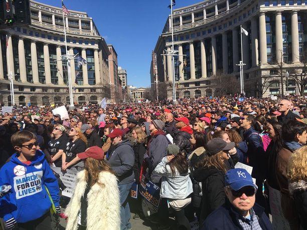 Nuoret organisoivat marssin, koska 17 oppilasta ammuttiin kuoliaaksi Marjory Stoneman Douglas High Schoolissa viime kuussa.
