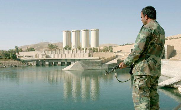 Irakilaissotilas partioi padolla vuonna 2007. Samaisena vuonna amerikkalaiskenraali varoitti padon tilanteesta.