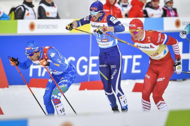 Federico Pellegrino (vas.) taisteli parisprintissä Ristomatti Hakolan ja Aleksander Bolshunovin kanssa.