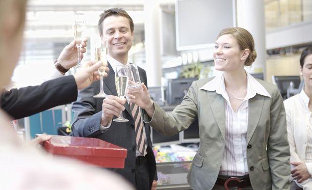 Onnellisuustutkijan mukaan haluamme nykyisin olla onnellisia myös työpaikalla.