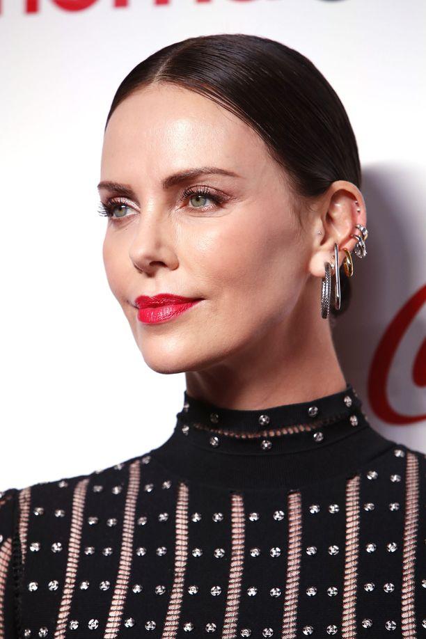 Charlize Theron poseeraa kuvaajille CinemaCon Big Screen Achievement Awards -gaalassa.