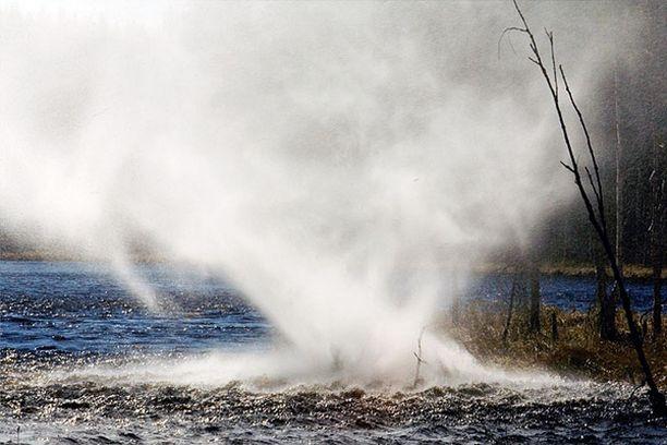 Trombi nostatti vettä ilmaan järven pinnasta kesken tyynen ja aurinkoisen päivän.