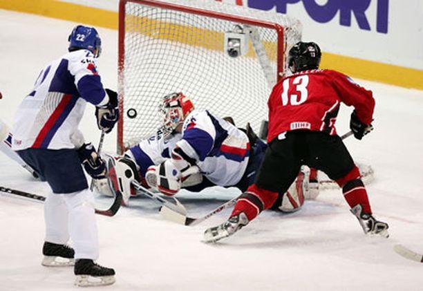 Mike Cammalleri sutii Kanadan 1-1 -tasoituksen Karol Krizanin nokan alta sisään.