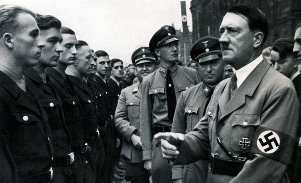 Adolf Hitler ennen sotaa vuonna 1935 kannattajiensa ympäröimänä.