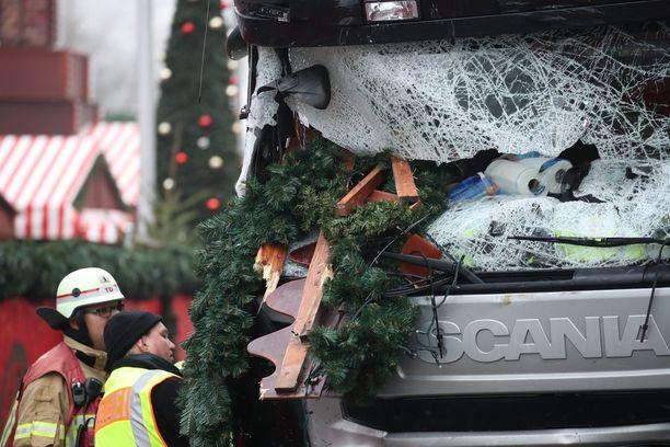 Berliinissä tehtiin terrori-isku joulumarkkinoille rekka-autolla.