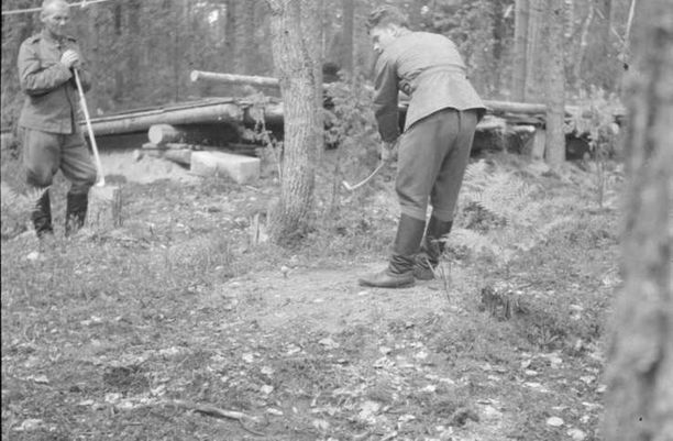 Golf-peli käynnissä korsujen ympärillä kiertävällä maastoradalla Lempaalassa kesällä 1942.