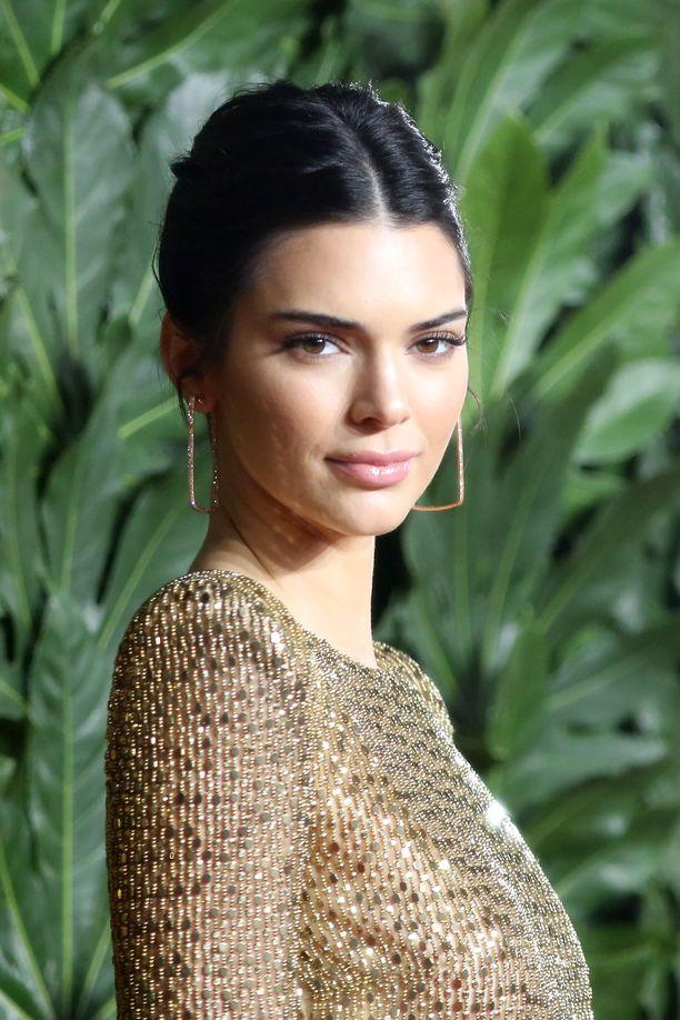 Huomaatko eron huulissa? Tässä Kendall on kuvattuna joulukuussa 2018 British Fashion Awards -gaalassa.