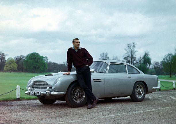 Aston Martin -malli DB5 tuli Sean Conneryn näyttelemän James Bondin kumppaniksi elokuvassa Kultasormi (1964).