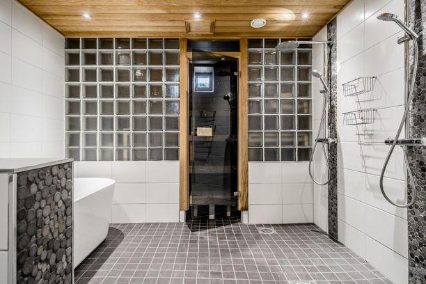 Saunaosastossa on kylpyamme sekä lasi-ikkunoilla varustettu sauna.