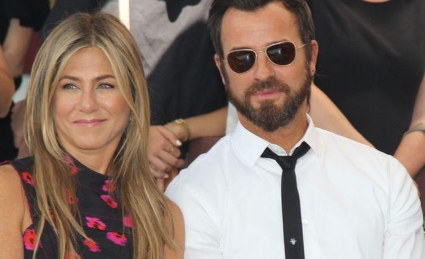 Theroux ja Aniston tapasivat vuonna 2007. Kipinä löytyi kuitenkin vasta muutamaa vuotta myöhemmin. Naimisiin he menivät vuonna 2015.