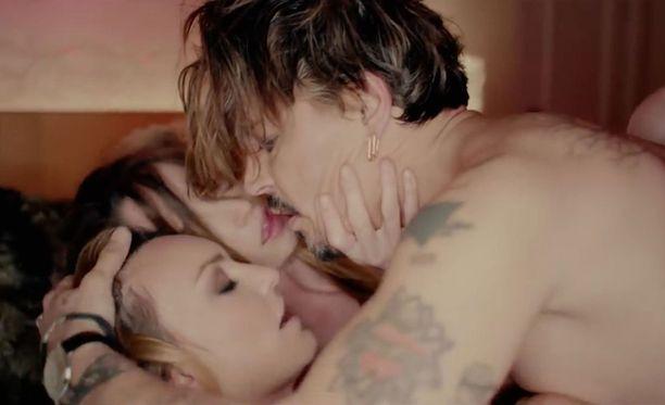Johnny Depp esittää musiikkivideolla miestä, joka iloitsee kahden naisen seurasta.