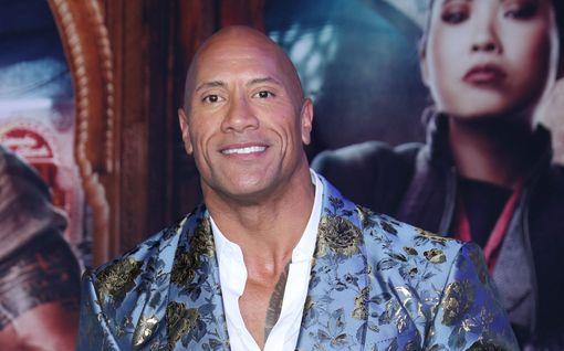 """Dwayne """"The Rock"""" Johnson julkaisi koskettavan kirjoituksen isänsä muistolle: """"Olisinpa saanut vielä tilaisuuden kertoa, että rakastan sinua"""""""